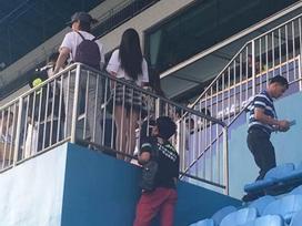 Bị đám đông la ó phản đối, gã đàn ông biến thái vẫn tiếp tục nhìn trộm, quay lén dưới váy nữ sinh