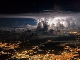 Trời đêm huyền ảo chụp từ buồng lái máy bay