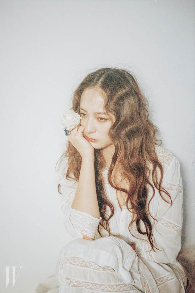 Thở dài trước mái tóc ngắn lộ trán bướng, fan tiếc nuối nhớ thương nữ thần tóc xoăn Krystal-11