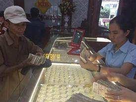 Ứa nước mắt cảnh cha già cầm nắm tiền lẻ đi mua vàng làm của hồi môn cho con gái