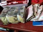 Hơn 500 triệu đồng mọc rêu, nhân viên ngân hàng cầm vòi nước rửa tiền
