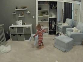 Anh trai 4 tuổi giúp em trốn khỏi cũi