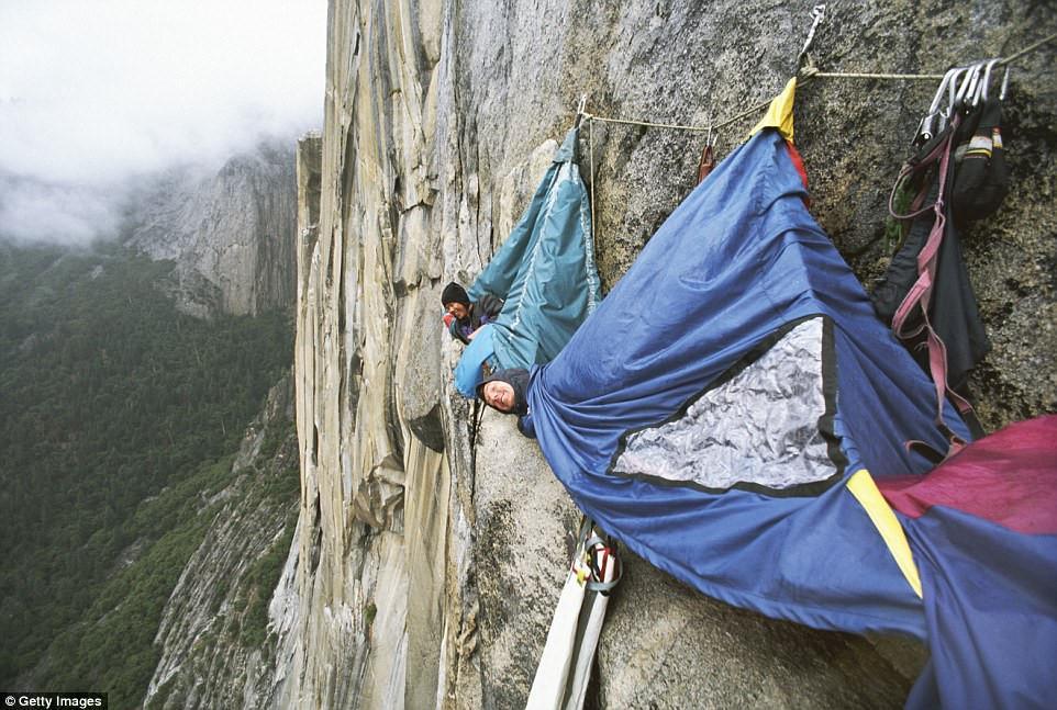 Cắm trại trên vách đá ở thung lũng Yosemite