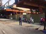 Tuýp sắt dài 3m rơi từ đường sắt trên cao xuống đường Cầu Giấy
