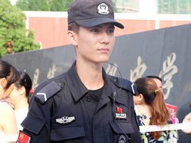 Cả trường thi 'náo loạn' vì anh chàng cảnh sát đẹp trai như tài tử điện ảnh