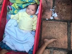 Báo Anh đăng tải câu chuyện cậu bé Việt nhất quyết ở bên em 2 tháng tuổi sau khi bị mẹ bỏ rơi