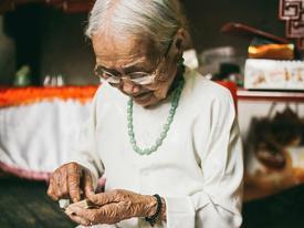 Có một tình yêu màu xanh: ly tán bởi chiến tranh 50 năm, chồng về dắt theo vợ mới, bà vẫn hạnh phúc mỉm cười...