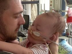 Ngày của cha: nghẹn ngào với câu chuyện người bố tranh đấu sự sống cho con khi bác sĩ khuyên rút ống thở