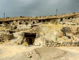 Đột nhập ngôi làng 10.000 năm tuổi 'ẩn náu' trong hang động