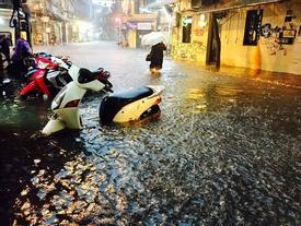Hà Nội mưa to, phố cổ ngập lút bánh xe máy