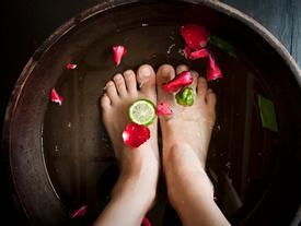 Muốn gót chân không khô ráp, nứt nẻ thì phải chữa ngay 4 thói quen này