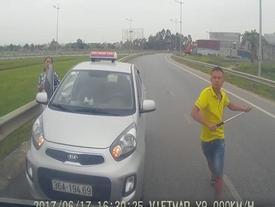 Trần tình của lái taxi đi ngược chiều rút tuýp sắt đòi đánh người