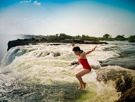 Hồ bơi Tử Thần trên đỉnh thác Victoria