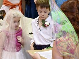 Nghẹn ngào câu chuyện đằng sau đám cưới gây shock của cô dâu chú rể 5 tuổi