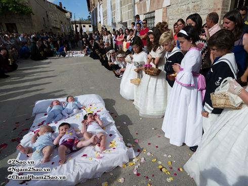 Bên trong lễ hội nhảy nhót kỳ lạ 'Baby Jumping' của Tây Ban Nha