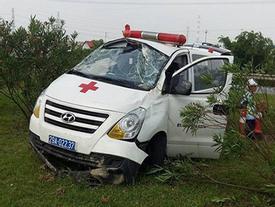 Thái Nguyên: Xe cứu thương đang chở bệnh nhân bất ngờ lao vào giải phân cách, 3 người gặp nạn