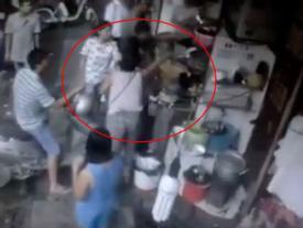 Nữ nhân viên quán chè nổi tiếng phố cổ Hà Nội bị khách chửi bới, đập đầu xuống đất