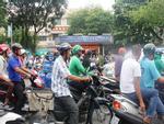 Kỳ thi THPT Quốc gia 2017: Phụ huynh xếp hàng dài chờ đợi thí sinh khiến giao thông kẹt cứng, hỗn loạn trước cổng trường