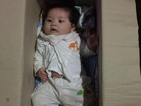 Hà Nội: Bé gái khoảng 5 tháng tuổi bị bỏ rơi trong thùng carton cùng quần áo, bỉm sữa