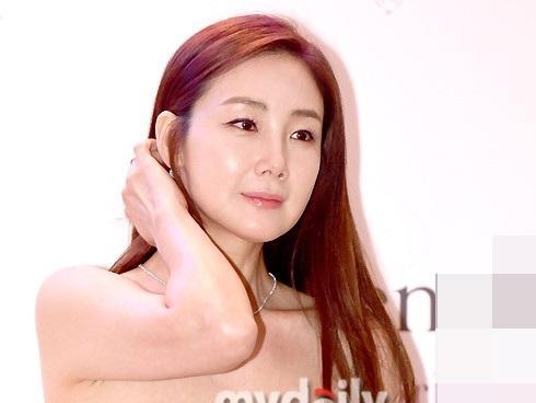 'Nữ hoàng nước mắt' Choi Ji Woo khoe nhan sắc đánh bại thời gian ở tuổi 42