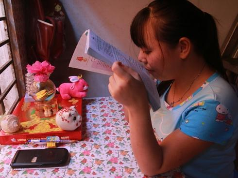 Mẹ tâm thần, nữ sinh khiếm thị 12 năm ăn mì tôm nuôi ước mơ thành luật sư
