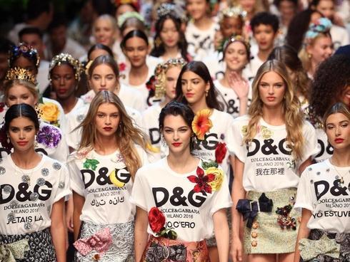 Đông Nhi và Minh Hằng chơi quá sang, chi hơn 28 triệu đồng cho chiếc áo thun trắng