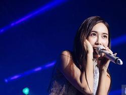 Ướt nhẹp vì mưa gió, Jessica vẫn để lại những khoảnh khắc đẹp mê mẩn trên sân khấu Việt Nam