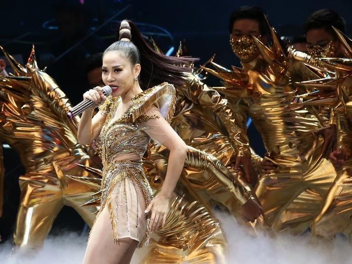 Hơn 3000 khán giả 'bay' cùng Thu Minh đến quá nửa đêm