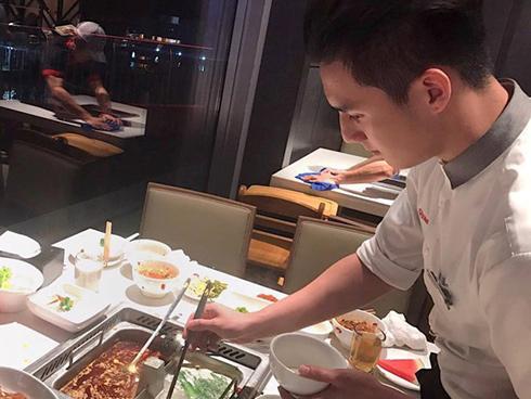Chàng trai Việt bất ngờ nổi tiếng khi làm bồi bàn tại Singapore