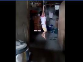 Tin nóng trong ngày 25/6: Xôn xao clip bé gái bị trói tay, treo người lên xà nhà