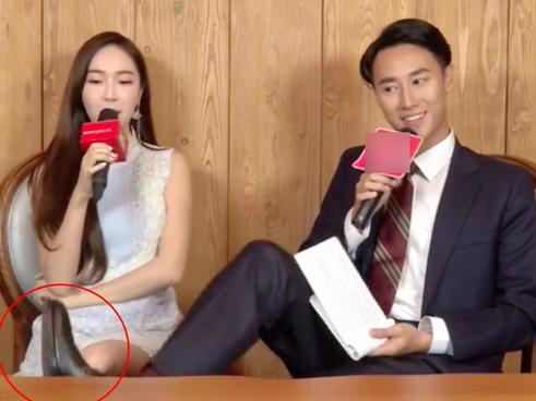 Jessica Jung tung ảnh 'nhái' Rocker Nguyễn gác chân trong clip phỏng vấn tại Việt Nam