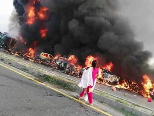 Hãi hùng cảnh tượng hàng trăm người bị thiêu sống do xe bồn cháy