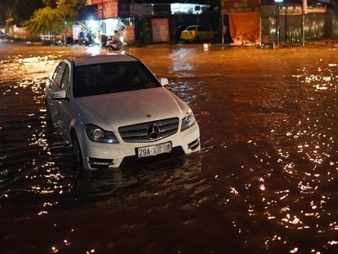 Xe Harley, Mercedes chết máy trong mưa ngập chiều tối