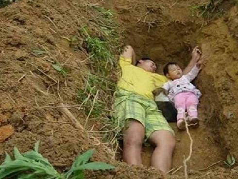 Chuyện lạ: Ông bố trẻ ngày ngày bế con gái ra mộ đào sẵn nằm, ai cũng khóc khi biết sự thật