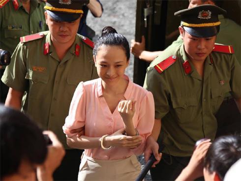 Vụ hoa hậu Phương Nga: Tòa ra tráp áp giải người đàn bà bí ẩn tới làm chứng
