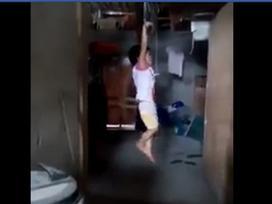 Tin nóng trong ngày 26/6: Nghi ăn trộm sữa, bé gái bị mẹ nuôi treo người lên xà nhà