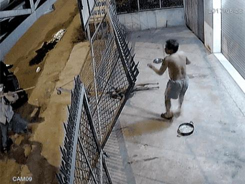 Clip: Bị phát hiện bắt trộm chó, 'cẩu tặc' dùng kích điện dọa tấn công cả chủ nhà