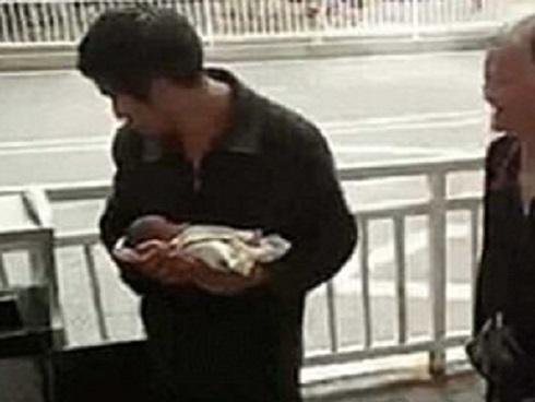 Bé trai sơ sinh bị vứt bỏ trong thùng rác trước bệnh viện