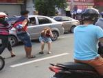 Thanh niên đập mũ bảo hiểm vào đầu cô gái sau va chạm giao thông