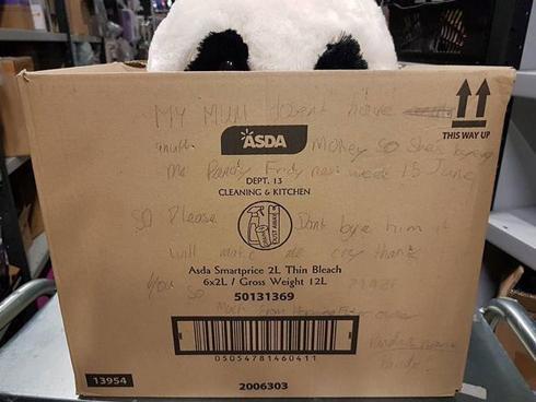 Mẹ nghèo không có tiền mua thú bông, cậu bé viết vài dòng lên hộp đồ chơi khiến ai cũng mủi lòng