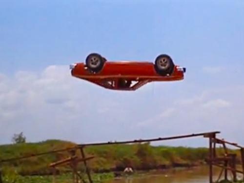 Clip: Điệp viên 007 lái xe bay qua cầu phao