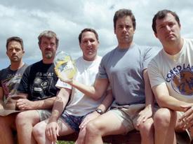 Nhóm bạn thân chụp ảnh tạo cùng một dáng trong 35 năm