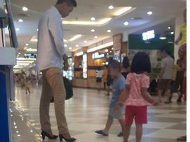 Chồng đi giày cao gót hộ vợ giữa trung tâm thương mại bởi lý do vô cùng dễ thương