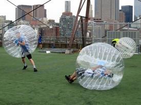 Clip hài: Hài hước khi chui vào bóng hơi chơi thể thao