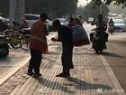 Nữ lao công nghèo chia sẻ đồ ăn sáng với người ăn xin mù
