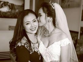 Bà mẹ U50 trẻ đẹp hát tặng con gái trong ngày lễ vu quy gây sốt