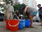 Hàng nghìn cư dân chung cư xếp hàng như thời bao cấp xách từng xô nước sạch