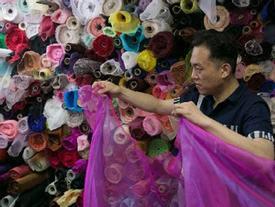 'Ông bố của năm' nghỉ việc ở nhà may váy cho con gái
