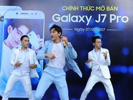 Isaac selfie cùng người hâm mộ ngày mở bán Galaxy J7 Pro