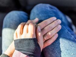 Khi đàn ông đặt tay lên đùi một người phụ nữ, bạn có biết họ nghĩ gì không?